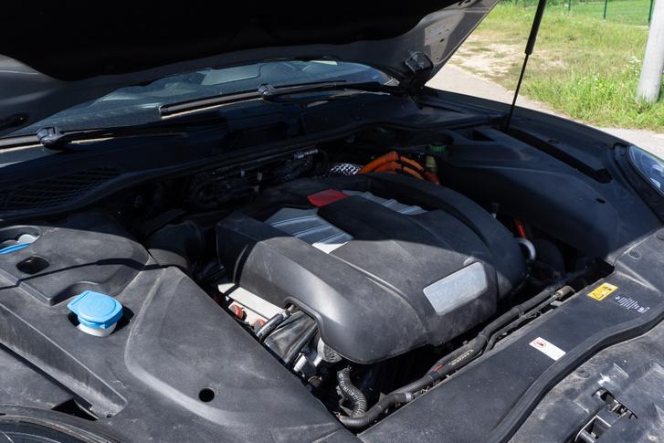 Nem sok minden látszik a 3 literes kompresszoros benzinmotorból és a villanyhajtásból