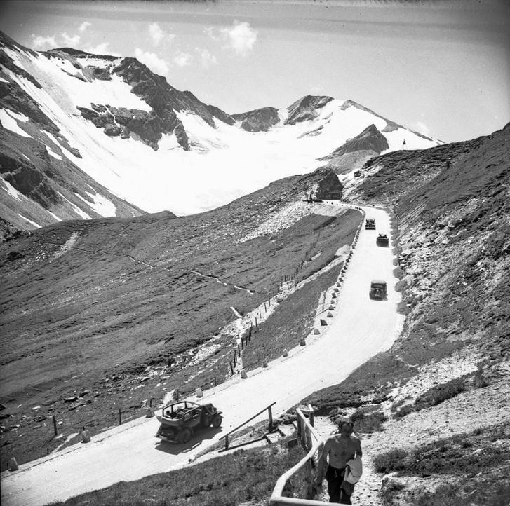 Nyugat felé talán, a Passo Sellára menet? Ott van ilyen kő a kanyarban