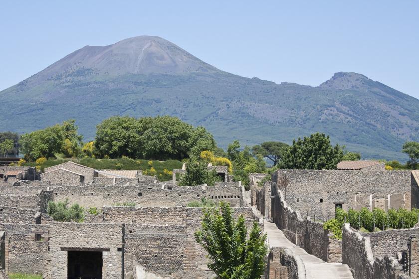 A kitörés napja is úgy indulhatott, mint a többi, ám néhány órán belül nyilvánvalóvá vált, hogy mindennek vége: Pompeji utolsó napját érdekes grafikavideó mutatja be, melyet ide kattintva lehet megnézni.