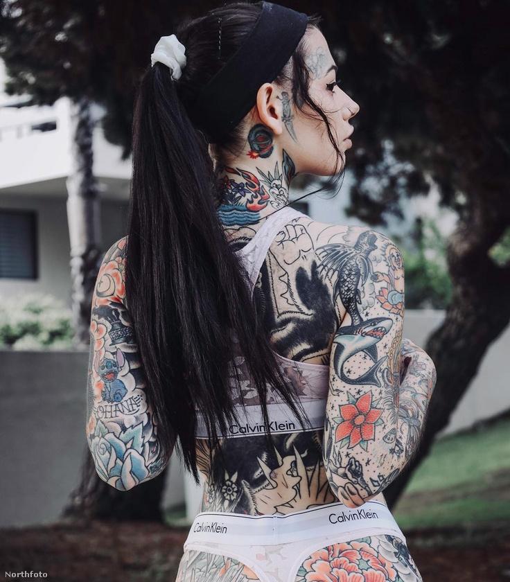 Élete első igazi tetoválását 14 évesen csináltatta, amit a hátára készíttetett és néhány csillagot ábrázolt