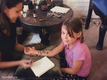 Shelton gyerekkora óta rajong a tetoválásokért, igaz, akkor még csak hennával festethetett magára, többnyire azt is titokban tette