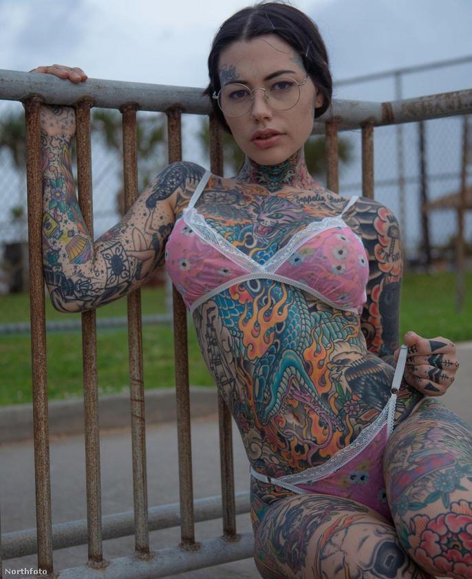 Ahogy látja, az amerikai nőn nagyítóval kell keresni az érintetlen testfelületeket, de Shelton még most sem áll le: lába csupasz foltjaira hamarosan japán motívumokat tetováltat