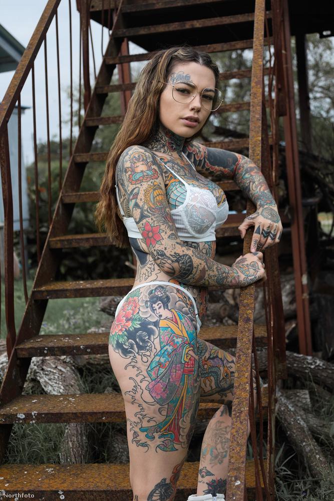 Shelton tetoválásaiban az önkifejezés egyik módját látja, szereti, hogy máshogy néz ki, mint a többi ember
