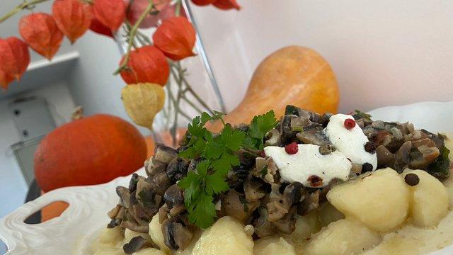 Vajas mártásban tálalt krumplis gombócok