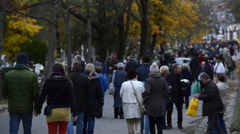 Már most hétvégén is sűrűbben járnak a fővárosi temetői járatok