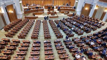 A fiúk a parlamentben dolgoznak – veszélyességi pótlék jár a román képviselőknek