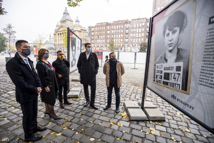 Horváth Csaba, Gy. Németh Erzsébet, Rainer M. János, Karácsony Gergely és Dorosz Dávid az 1956-os pesti nők előtt tisztelgő arcképkiállítás megnyitóján az V. kerületi Városháza parkban 2020. október 23-án