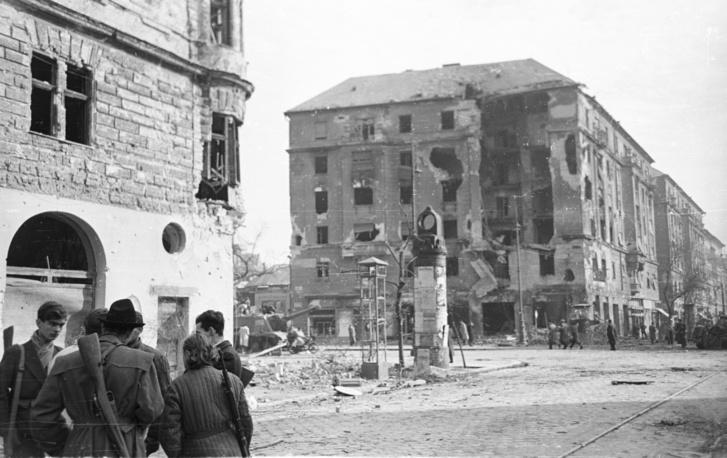 Üllői út – József körút kereszteződése, balra szemben a Corvin (Kisfaludy) köz – 1956