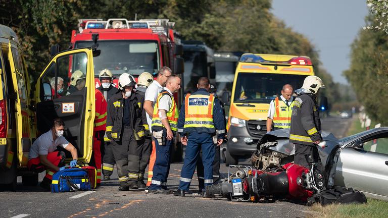 Szörnyethaltak a motorosok, amikor Sükösdnél ütköztek egy szembejövő autóval