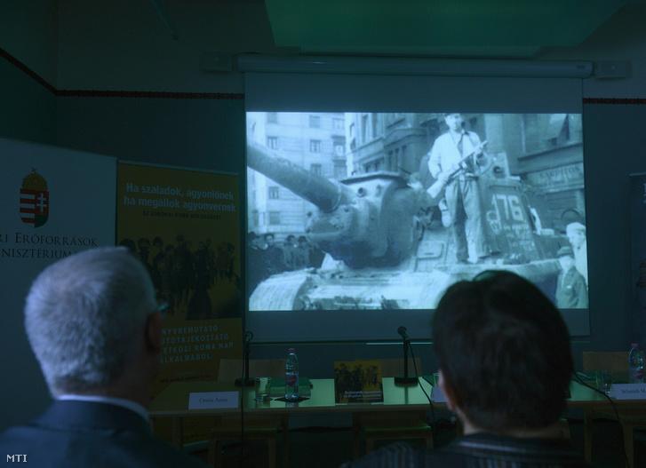 Balog Zoltán az emberi erőforrások minisztere és Orsós Anna romológus egyetemi tanár 1956 roma hőseinek emléket állító kisfilmet néznek a nemzetközi romanapon a Terror Háza Múzeumban 2016. április 8-án.