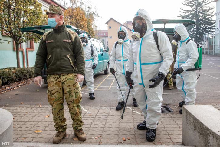 A katonák fertőtlenítéshez készülődnek