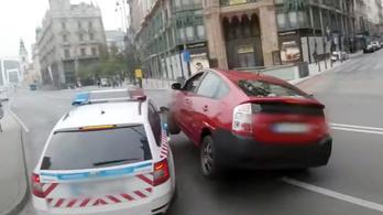 Itt a videó a budapesti rendőrautó pénteki karamboljáról