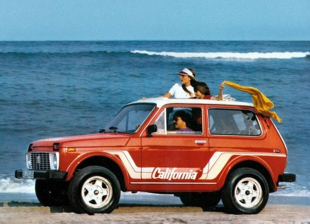 Nem a bajszos szovjet Mitch Buchannon igyekszik menteni, ez a nyugatnémeteknek szánt Lada Niva California reklámfotója