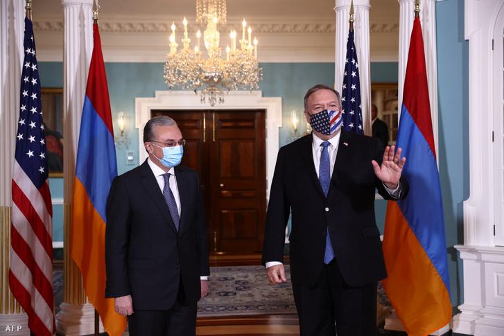 Mike Pompeo amerikai külügyminiszter (j) fogadja örmény hivatali partnerét, Zohrab Mnatszakanjánt Washingtonban 2020. október 23-án