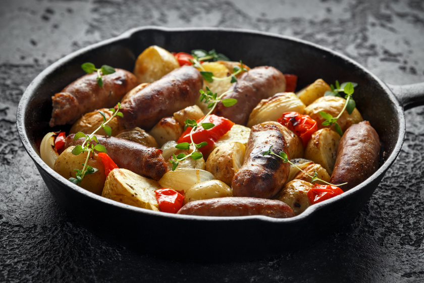 Magyaros kolbászos, krumplis egytál: ezzel szinte nincs is munka