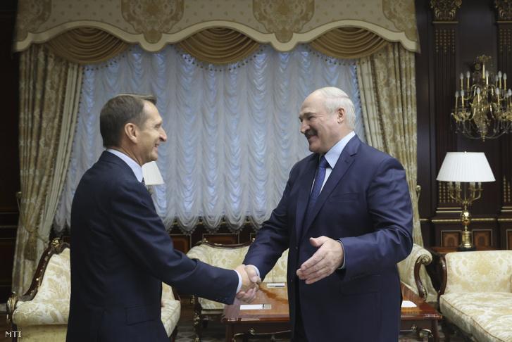 Alekszandr Lukasenko fehérorosz elnök (j) fogadja Szergej Nariskint, az orosz Külső Hírszerző Szolgálat (SZVR) vezetőjét Minszkben 2020. október 22-én