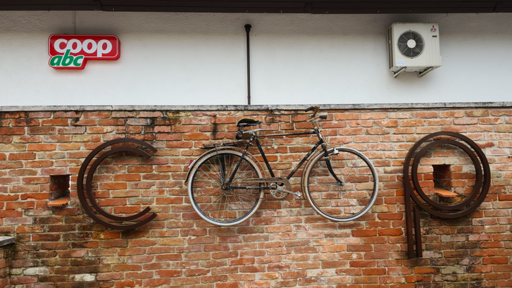 Coop-üzlet kerékpáros emblémája, Őriszentpéter, Őrség.
