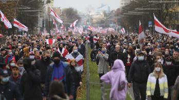 Több mint százezer ember tüntetett a Lukasenko-rezsim ellen, hétfőn jöhet a sztrájk