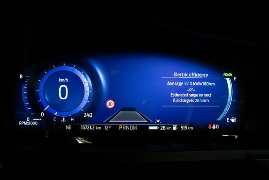"""A nagy kék halálba csobbanó körműszer a bal oldalon, jobb oldalt a fedélzeti számítógép, vagy """"Calm screen"""" – azaz semmi. Meglehetősen nem aknázták ki a virtuális műszeregység lehetőségeit"""