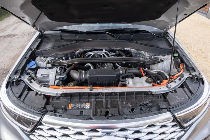 A motort és a váltót legalább annyira hátranyomták, mint egy BMW-nél, csak ez V6, így még rövid is