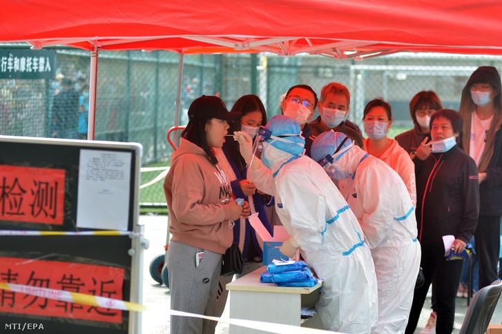 Koronavírus-tesztre vesznek vizsgálati mintát helyi lakosoktól a kelet-kínai Csingtaóban 2020. október 12-én.