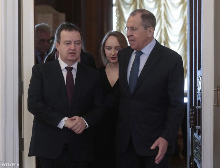 Ivica Dacic szerb külügyminisztert (b) fogadja orosz partnere, Szergej Lavrov Moszkvában 2019. április 17-én.