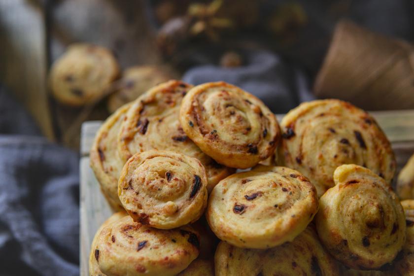 Ropogós sajtos tekercsek leveles tésztából – Percek alatt elkészül a finomság