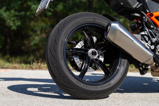 Új hátsó felni, rajta 200-as Bridgestone S 22R gumi