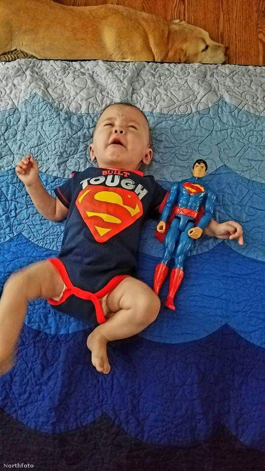 Itt már hét hónapos a kisfiú, és van egy újabb supermanes rugdalózója.