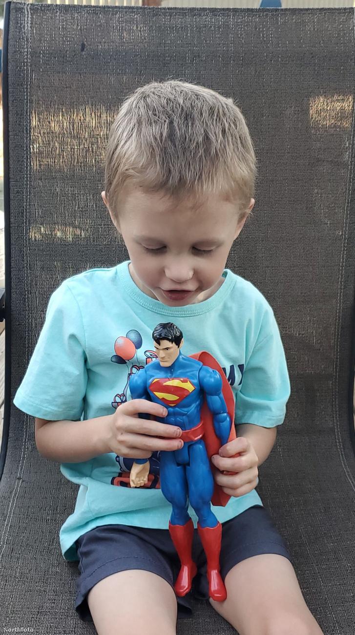 Ez a fotó pedig a legutóbbi, a negyedik születésnapján készült, és az a bizonyos Superman-figura még mindig megvan, de most már tényleg játékszernek is tűnik a kisfuú kezében.