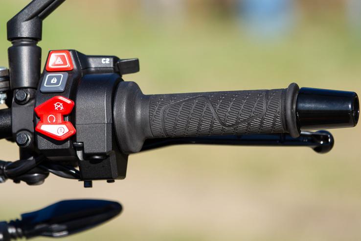 Új 5 collos TFT kijelző, új kezelőszervek, van BT kapcsolat, KTM My Ride app, navigációval, de ezek egyszerűen hidegen hagynak, amikor minden mástól kiver a pára