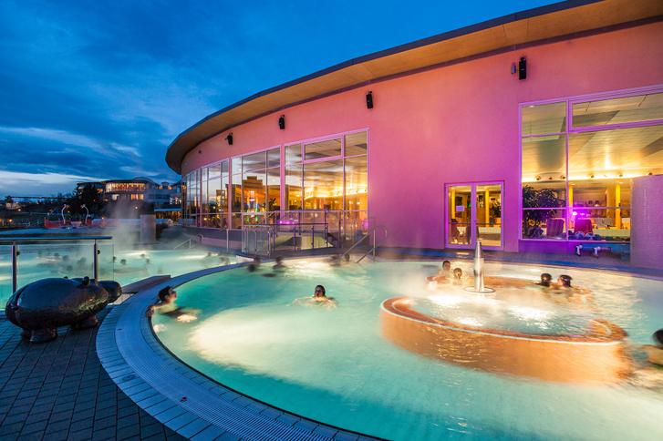 Kültéri medence a Reiters Resort Stegersbachban © Jenni Koller