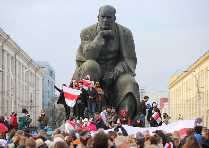 Tüntetők Minszkben Jakub Kolasz szobránál 2020. október 26-án