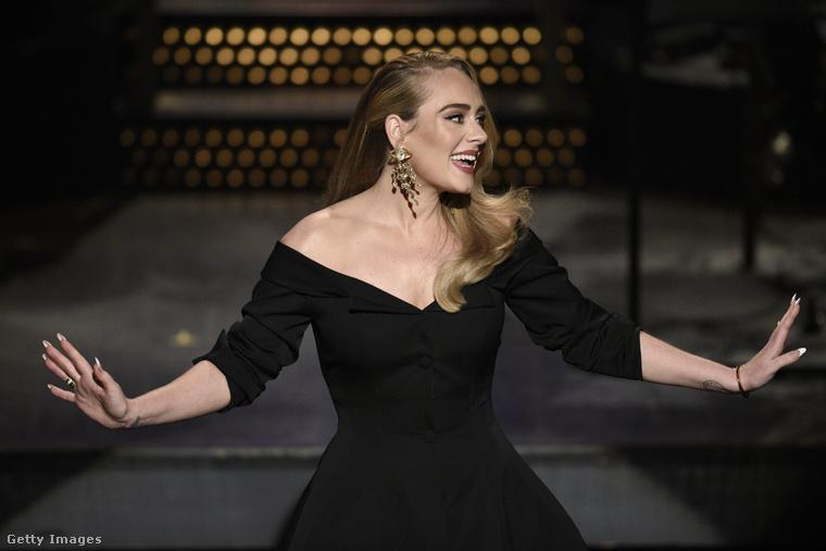 Amint azt az előzetesek alapján már előre tudni lehetett, Adele-ből tipikus szőke, amerikai bombázót csináltak.