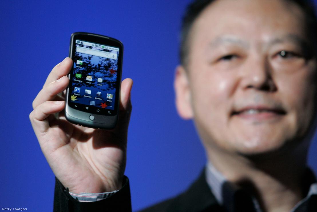 Peter Chou, a HTC ügyvezetője mutatja be 2010-ben a Google Nexus One készüléket Kaliforniában