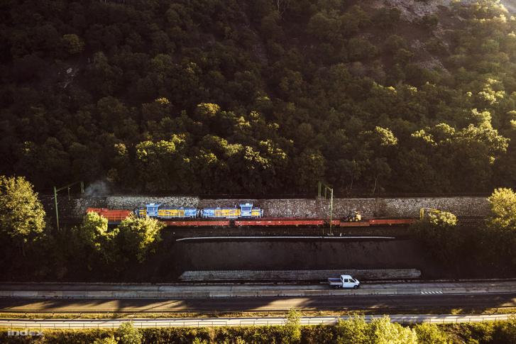 Helyreállítási munkálatok Nagymaros és Zebegény között, ahol az esőzések miatt tönkrement a vasúti pálya 2020. nyarán.