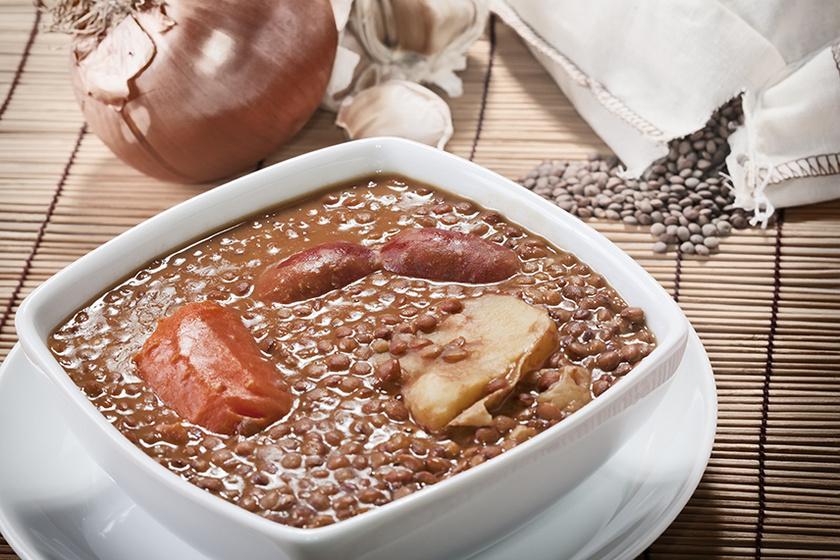 Fokhagymás rántással készült lencsefőzelék: megmaradt sült hús mellé is tökéletes lesz