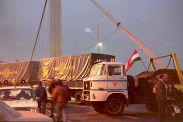 Kamionok torlaszolják el az Erzsébet híd bejáratát. Csak a megkülönböztetett jelzésű autókat engedték át.