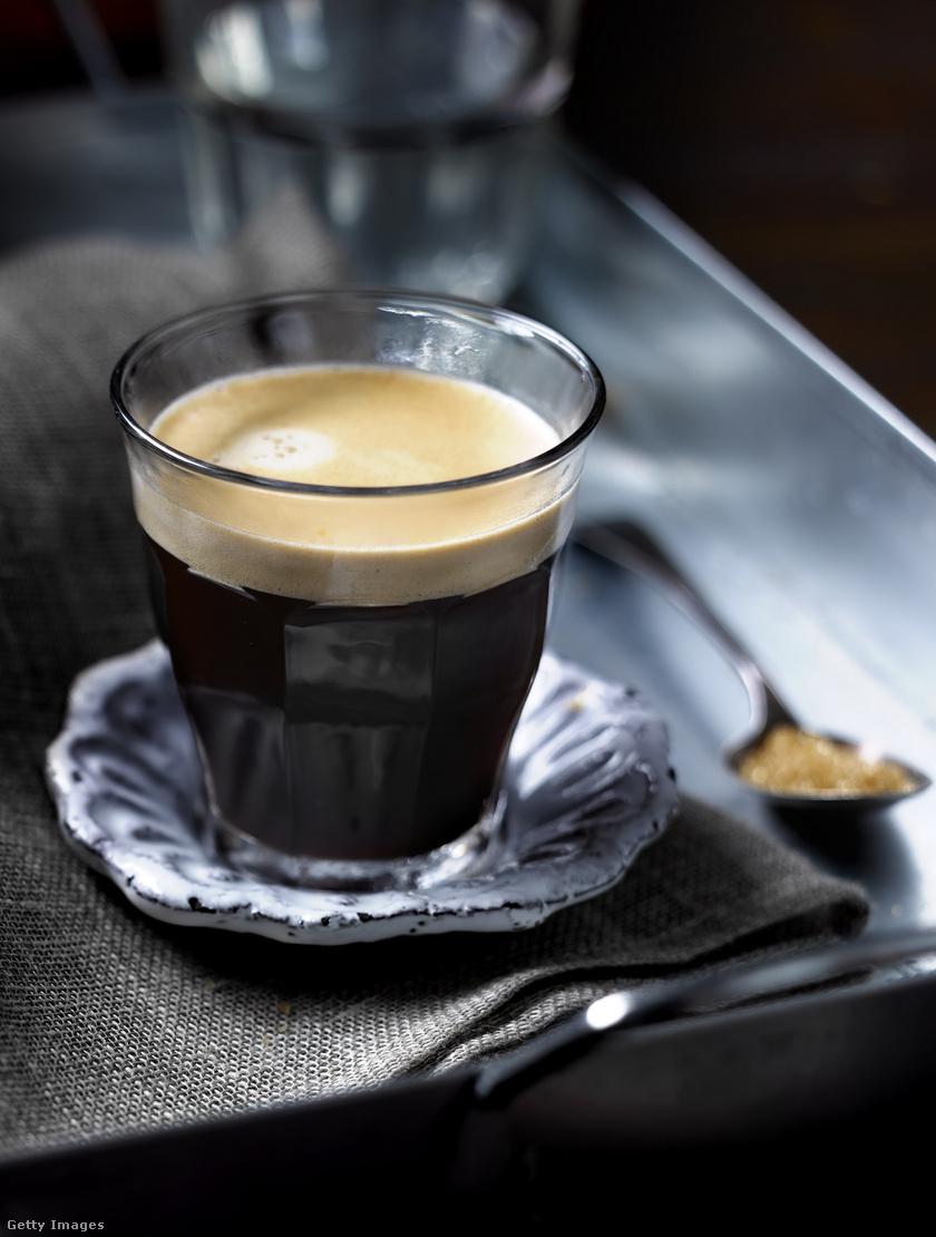 A kávé nemcsak koffein-, hanem klorogénsav-tartalma miatt is hatékony agyserkentő. Naponta 40-300 mg koffeint, azaz 120-720 ml kávé elfogyasztása bizonyítottan segít koncentrálni, és támogatja a memória működését is. Emellett egy 2010-es kutatás szerint az Alzheimer-kór ellen is véd.