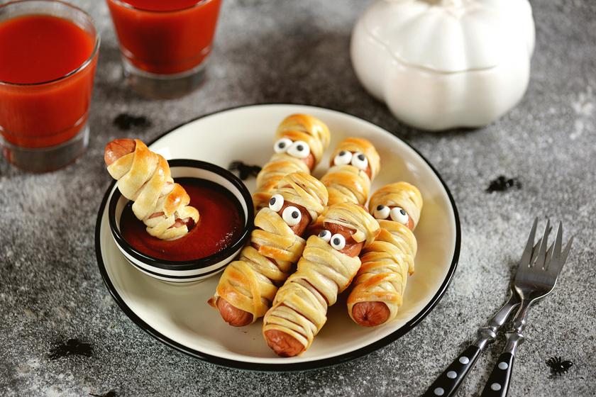 Ropogós tésztában sült virslimúmia: ínyenc hot dog halloweenre