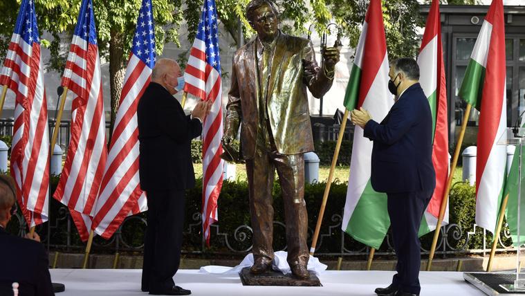 Bush-szobrot avatott Orbán a Szabadság téren