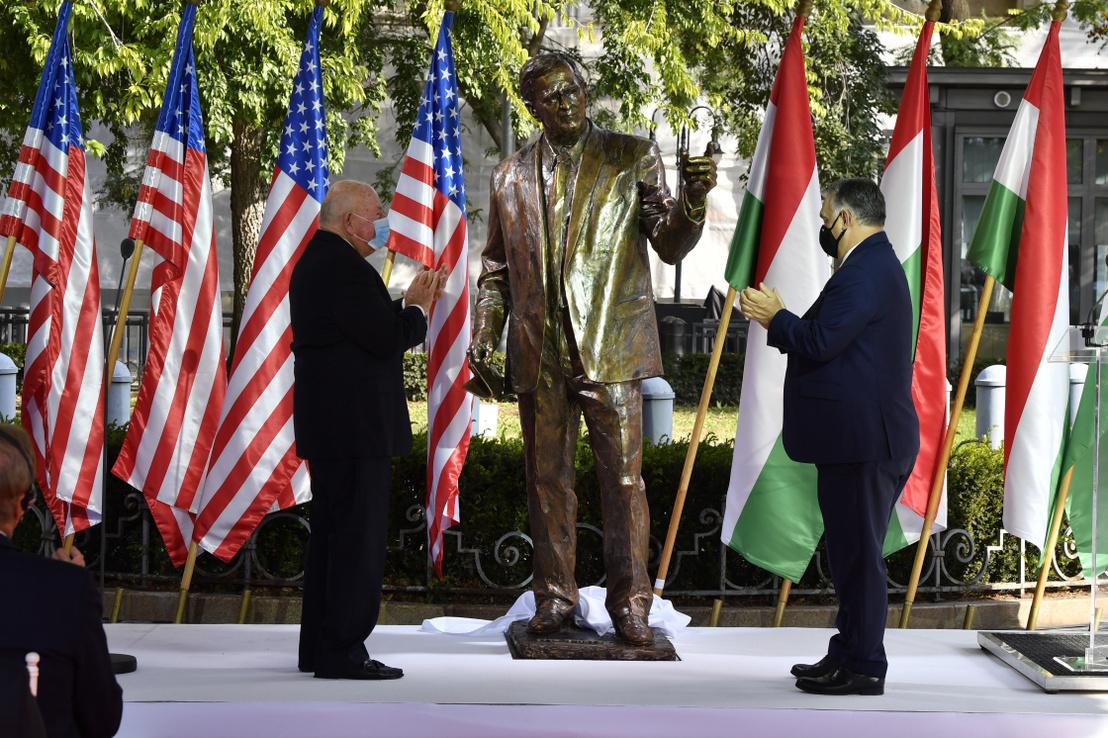 George H. W. Bush szobra a budapesti Szabadság téren