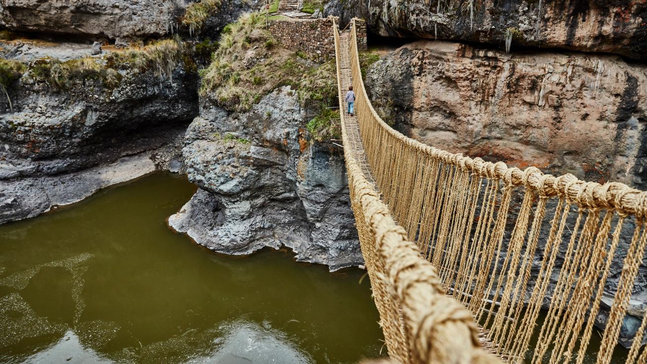 A mai napig minden évben újrafonják az Inka Birodalom függőhídját: 15 méter magasan halad a folyó felett