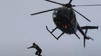 Ejtőernyő nélkül ugrott a tengerbe helikopterről