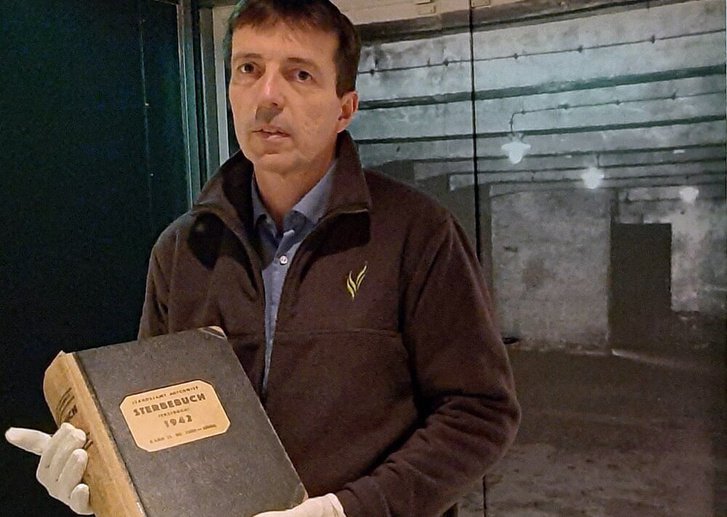 Az Orveloon Háborús Múzeum visszaadta az auschwitzi Halottak Könyvét az amszterdami Holland Háborús Dokumentációs Intézetnek, mivel aggódnak a biztonsága miatt