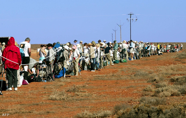 Érdeklődők várják a 2002-es részleges napfogyatkozást Ausztráliában