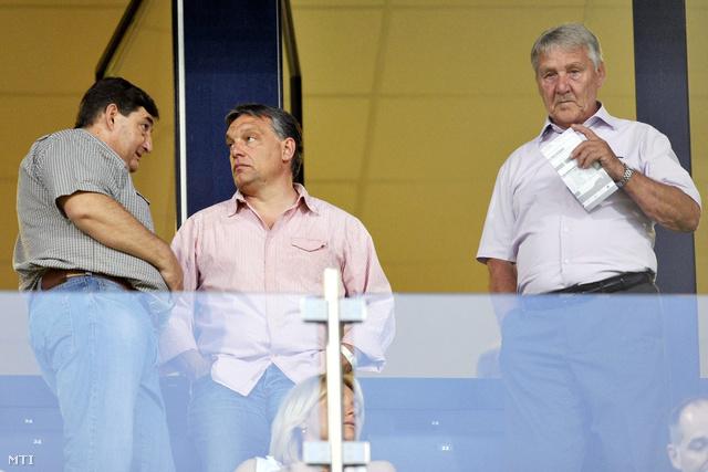 Mészáros Lőrinc, Felcsút polgármestere (b) és Orbán Viktor miniszterelnök (k) beszélget, mellettük Kovács Ferenc a Videoton FC  Gent összecsapáson a székesfehérvári Sóstói Stadionban 2012. augusztus 2-án.
