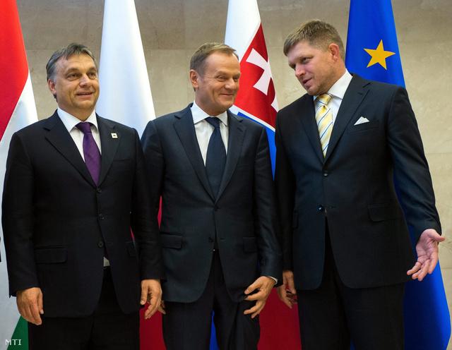 Orbán és Fico, köztük Donald Tusk lengyel kormányfő