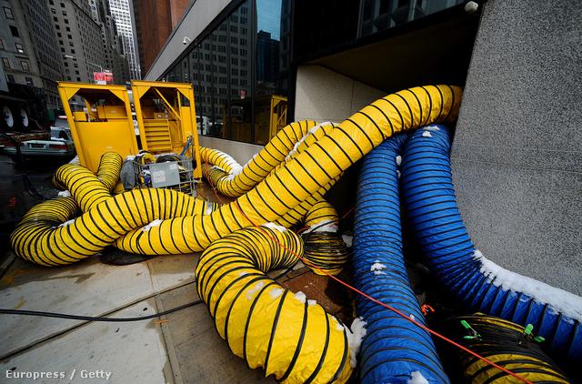 Forró levegővel szárítanak egy épületet New Yorkban a Sandy hurrikán után