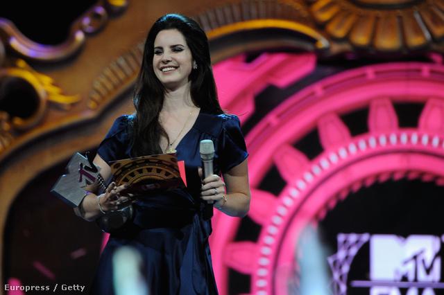 A kameráknak azért mosolygott Lana Del Rey